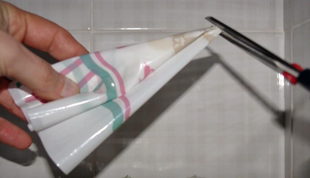 Creare il centro accartocciando il sacchetto in nylon e tagliando il centro